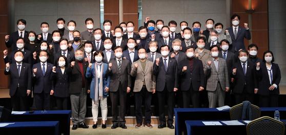 도종환 민주주의4.0연구원 이사장(앞줄 왼쪽 여섯번째)와 참석 의원들이 22일 오후 서울 용산구 백범김구기념관에서 열린 민주주의4.0연구원 창립총회 및 제1차 심포지엄에서 기념촬영을 하고 있다. 오종택 기자