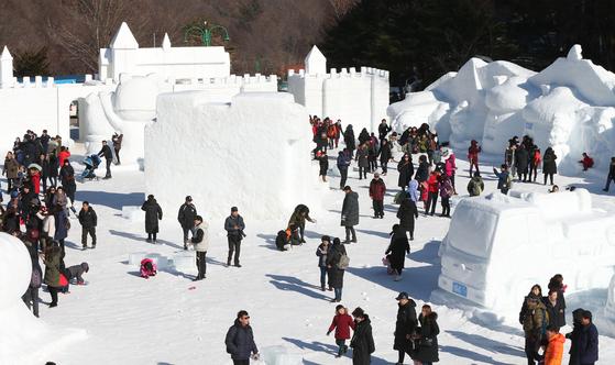 지난 1월 태백산 눈축제를 찾은 관광객들이 태백산국립공원 당골광장에 전시된 대형 눈 조각 작품들을 보며 겨울 추억을 만들고 있다. 연합뉴스