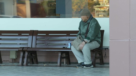 벤치에 앉아있는 일본의 노인. [중앙포토]