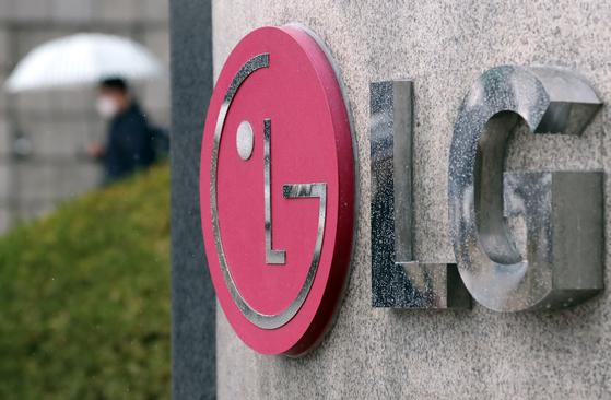 서울 영등포구 여의도 LG 트윈타워에서 마스크를 착용한 직원이 오가고 있다. [연합뉴스]