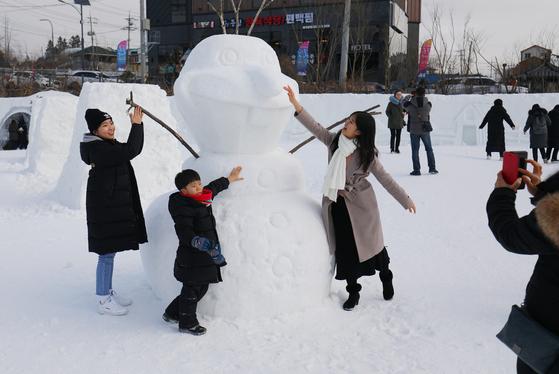 지난 1월 강원도 평창군 대관령면 횡계리에서 열리는 '2020대관령 눈꽃축제'를 찾은 방문객들이 겨울왕국 캐릭터 눈 조각 앞에서 사진을 찍고 있다. 뉴스1