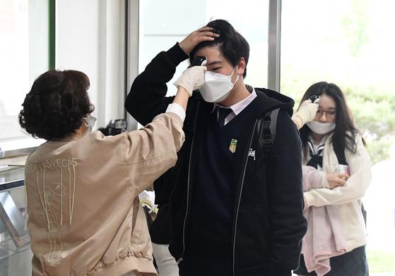 지난 5월 20일 오전 서울 시내의 한 고등학교 3학년 학생들이 교실 입실 전 체온 측정을 하고 있다. 뉴스1