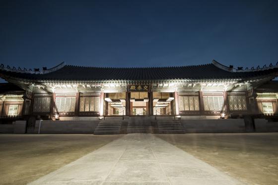 조선시대 초기의 교태전은 왕비의 내전(內殿)이라는 구분이 뚜렷하지 않았다. 오히려 왕의 일상적인 공간으로 융통성 있게 사용한 흔적이 실록기사에 여러 차례 보이고 있다. [중앙포토]