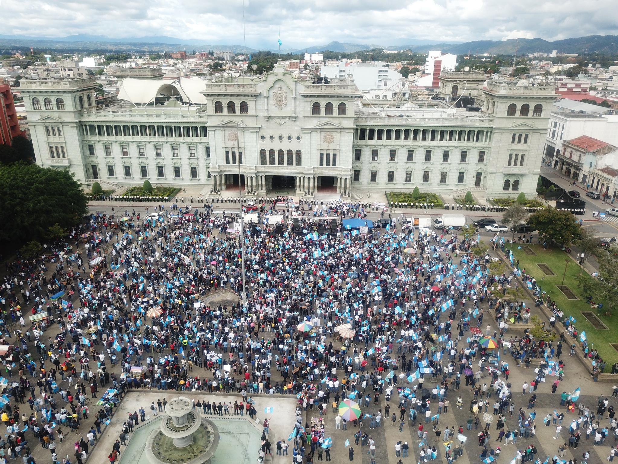 과테말라 반정부 시위대가 21 일 국회 의사당 앞 헌법 광장에 모여있다. EPA = 연합 뉴스