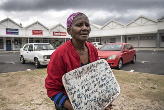 남아프리카공화국 케이프타운에서 음식을 달라고 요청하고 있는 한 시민. 남아공보다 재정이 어려워 채무 불이행까지 선언한 국가가 아프리카엔 여럿이다. EPA=연합뉴스
