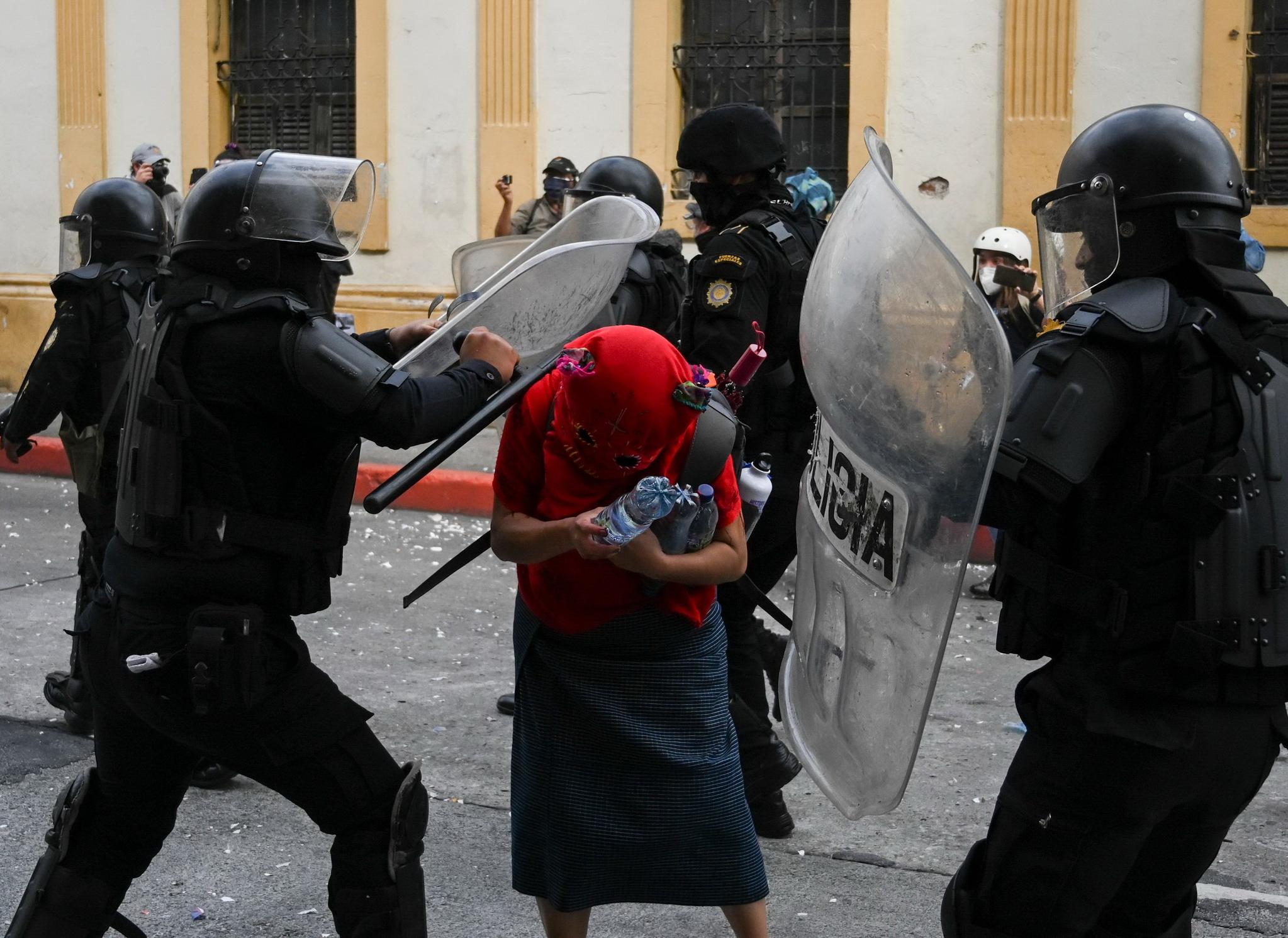 시위 진압 경찰이 시위대를 공격하고있다. AFP 통신