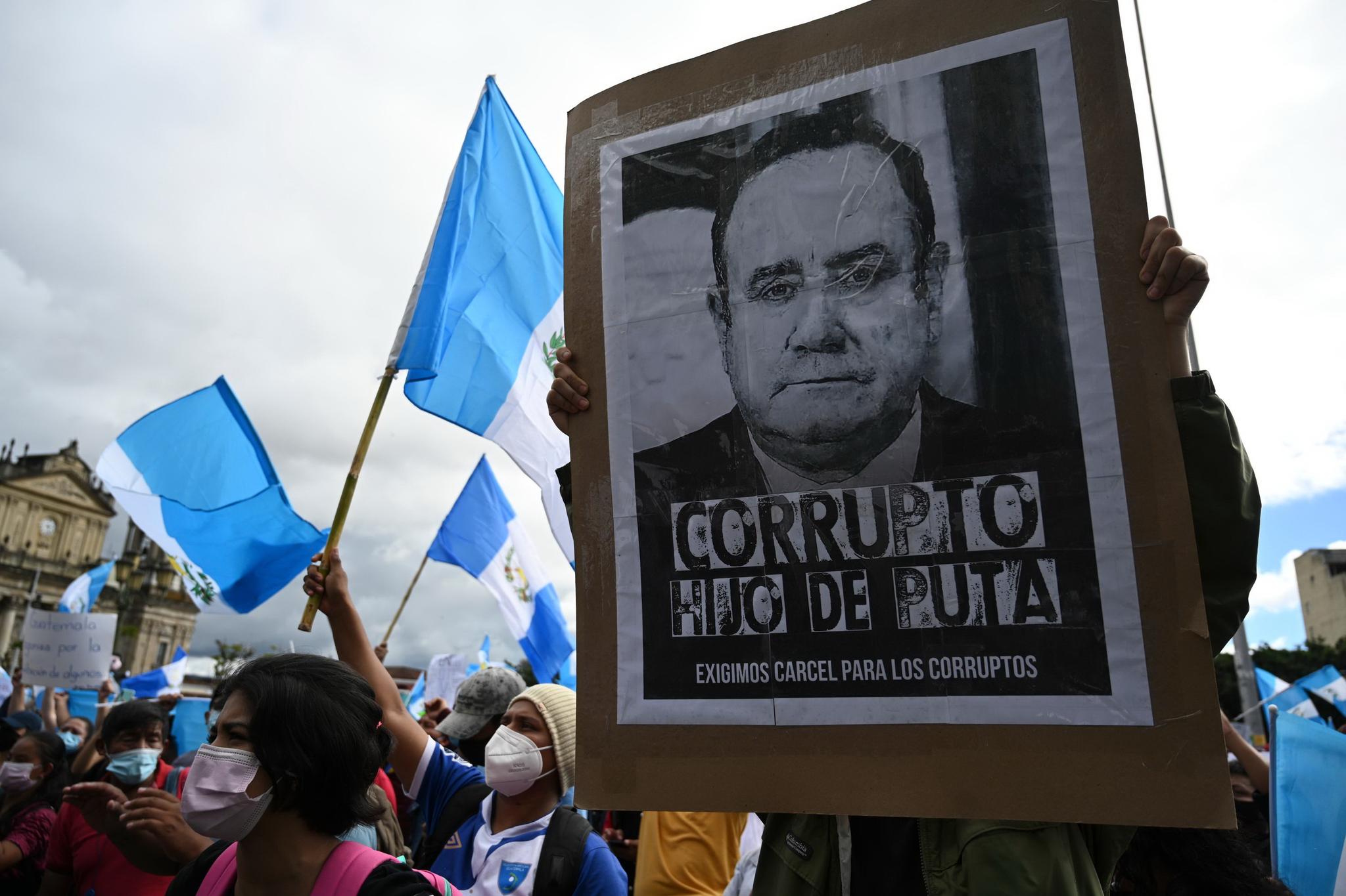 시위대가 21 (현지 시간) 국회 의사당 앞 헌법 광장에 모여 '부패한', '호모', '부패한 사람을 투옥하라'는 플래 카드를 들고 시위를하고있다. AFP 통신