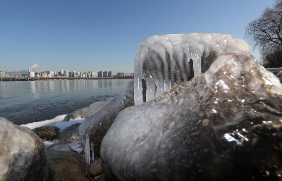 지난 2018년 서울의 한강물이 얼어있는 모습의 자료 사진. 바위와 강물 표면 일부만 얼어있다. [연합뉴스]