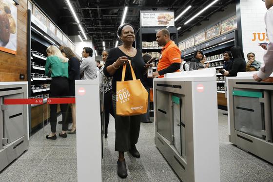 2019년 5월 미국 뉴욕에 문을 연 무인샵 '아마존 고' 매장에서 한 여성이 쇼핑을 마친 뒤 걸어나오고 있다. 아마존은 2021년까지 아마존 고 매장 수를 3000개로 늘린다는 목표다. [AP=연합뉴스]