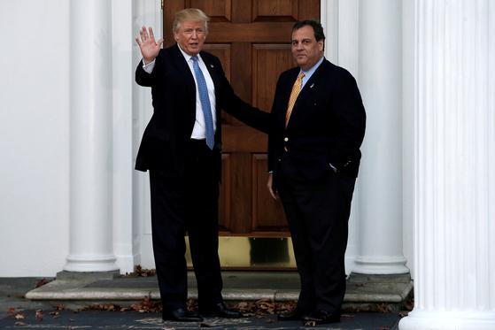 지난 2016년 11월 20일 당시 대통령 당선인이었던 도널드 트럼프 대통령(왼쪽)과 크리스 크리스티 전 뉴저지 주지사가 미국뉴저지주 배드민스터 '트럼프 내셔널 골프 클럽'에 도착한 모습. 로이터 연합뉴스