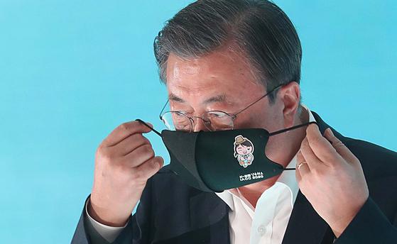 문재인 대통령이 지난 18일 오전 인천 연수구 송도캠퍼스에서 열린 바이오산업 행사에서 발언을 마친 후 마스크를 쓰고 단상에서 내려오고 있다. [청와대사진기자단]