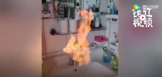 중국 랴오닝성 판진시의 불붙는 수돗물. 인민일보 영상 캡처