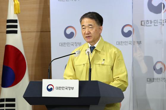 박능후 중앙재난안전대책본부 1차장(보건복지부 장관)이 22일 오후 서울 정부서울청사 브리핑룸에서 코로나19 대응 정례브리핑을 하고 있다. 뉴시스
