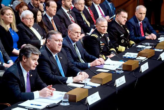 미국 상원 정보위원회의에서 2018년 2월 열린 '전 세계 위협'에 관한 청문회' 장면. 앞줄 왼쪽부터 당시 크리스토퍼 레이 연방수사국(FBI) 국장, 마이크 폼페이오 중앙정보국(CIA) 국장, 댄 코츠 국가정보국(DNI) 국장, 로버트 애슐리 국방정보국(DIA) 국장, 마이크 로저스 국가안보국(NSA) 국장, 로버트 카딜로 국가지리정보국(NGIA) 국장이 앉아 있다. AFP=연합뉴스