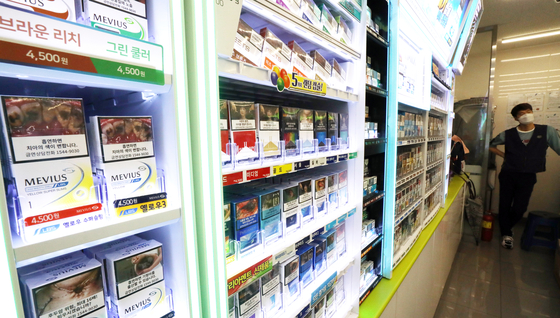 서울시내 한 편의점에 담배가 진열돼 있다.  기획재정부에 따르면 올해 상반기 담배 판매량은 17억4000만갑으로 전년동기 16억7000만갑보다 7000만갑(3.8%) 증가했다. 뉴스1