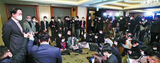 Woo Ki-hong, president of Korean Air (far left), answers reporters' questions after the 22nd meeting of the Tourism Industry Committee of the Korean Chamber of Commerce and Industry held at Lotte Hotel in Jung-gu, Seoul, in the morning. of 20. [연합뉴스]
