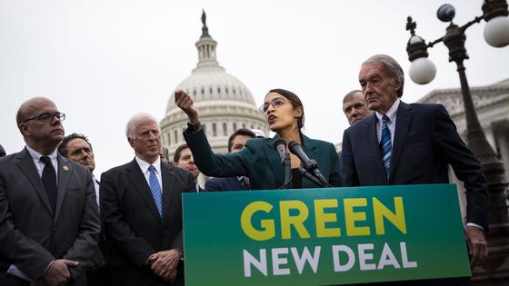 미국 민주당 알렉산드리아 오카시오-코르테스 연방하원의원(가운데)이 지난 5월 그린뉴딜 캠페인을 벌이고 있다.로이터=연합뉴스