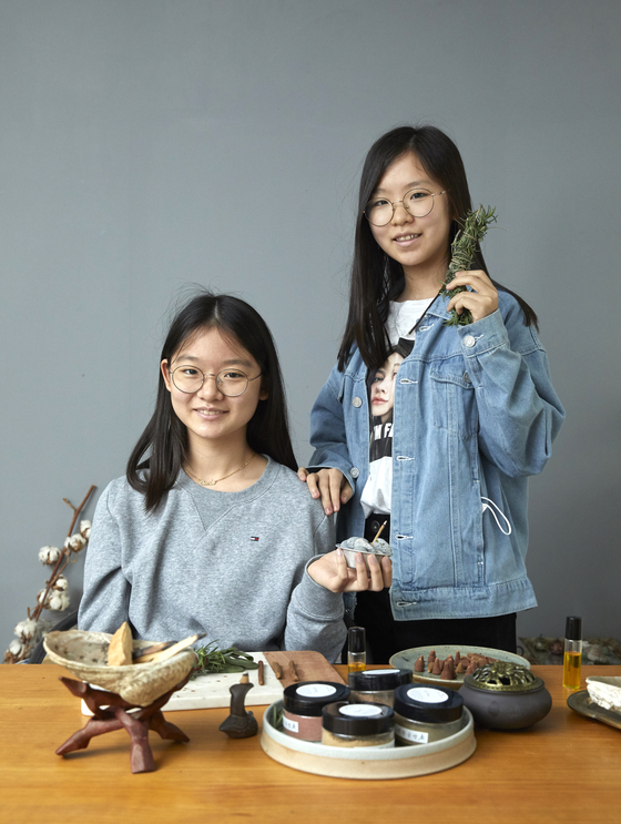 백채희(왼쪽)‧김온유 학생기자가 향을 즐기는 체험부터 인센스‧스머지 스틱‧에센셜 오일 롤온 만들기까지. 아로마테라피의 과거와 현재를 모두 즐겨봤다.