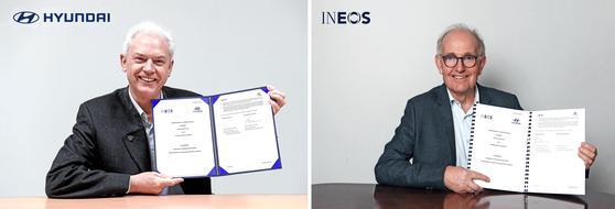 알버트 비어만 현대차 연구개발본부장(왼쪽)과 피터 윌리엄스 이네오스 CTO가 20일 온라인으로 진행된 업무협약식에서 MOU 문서를 들어보이고 있다.