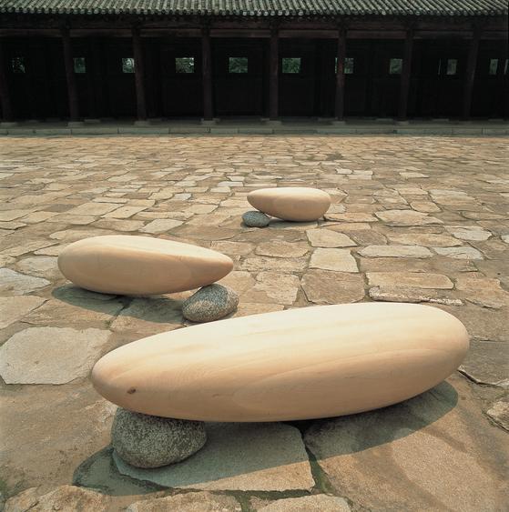 최병훈, 태초의 잔상, 9637, 1996,1750x540x430cm. 1,470x380x420cm 900x460x410cm. hard maple. natural stone. 배병우 촬영.[사진 작가 제공]