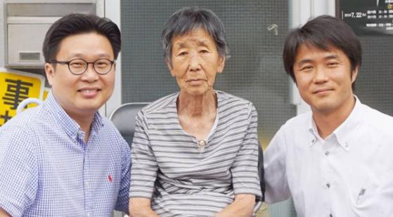 강경남 할머니(가운데)와 서경덕 교수(왼쪽). [사진 서경덕 교수 인스타그램]