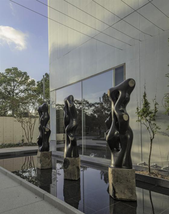 미국 휴스턴미술관 새 건물 앞에 설치된 최병훈 작가의 '선비의 길'. Richard Barnes 촬영. [사진 MFAH]
