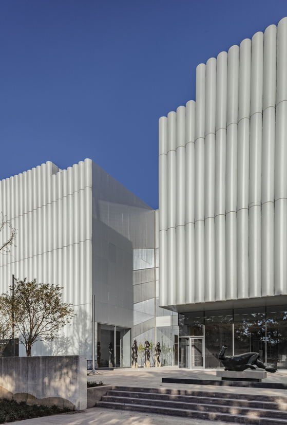 현대 건축 거장 스티븐 홀이 설계한 미국 휴스턴미술관 카인더 빌딩. 서쪽 입구 앞에 놓인 최병훈 작가의 조각 작품이 보인다. Richard Barnes 촬영.[사진 MFAH]