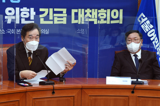 이낙연 더불어민주당 대표(왼쪽)와 김태년 원내대표는 23일에도 고위공직자범죄수사처(공수처) 개정안 통과를 놓고 야당을 압박했다. 오종택 기자