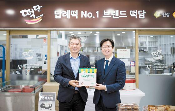 이준모 컨선월드와이드 한국대표(오른쪽)가 임철준 라이스파이 대표에게 '아주 특별한 기업' 제1호 현판을 전달하고 있다.
