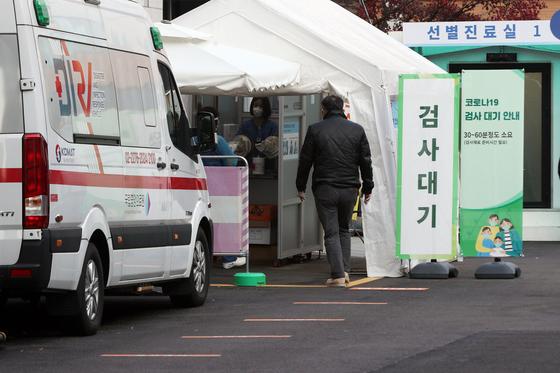 23일 오전 서울 중구 국립중앙의료원에 마련된 선별진료소에서 시민들이 신종 코로나바이러스 감염증(코로나19) 진단 검사를 받기 위해 대기하고 있다.뉴스1