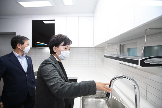김현미 국토교통부 장관이 22일 오후 서울 은평구 대조동 한국토지주택공사(LH) 매입임대주택 현장을 방문해 둘러보고 있다. [사진 국토교통부]