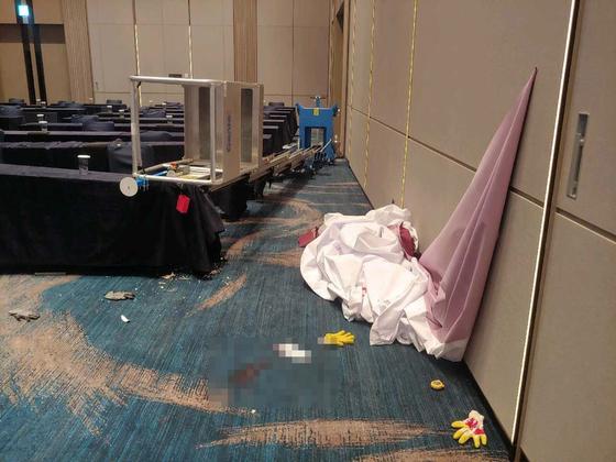 지난달 30일 오후 3시 10분쯤 롯데 시그니엘 호텔에서 현수막 설치작업을 하던 손모(39)씨가 리프트가 넘어지면서 바닥으로 떨어졌다. 사진 부산경찰청