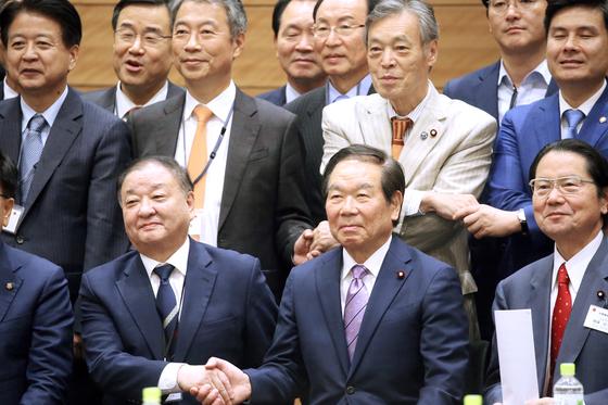 지난해 11월 일본 도쿄의 중의원 의원회관에서 열린 한·일,일·한의원연맹 합동총회에서 한국측 강창일 회장(앞줄 왼쪽)과 일본측 누카가 후쿠시로 회장이 악수를 나누고 있다. [연합뉴스]