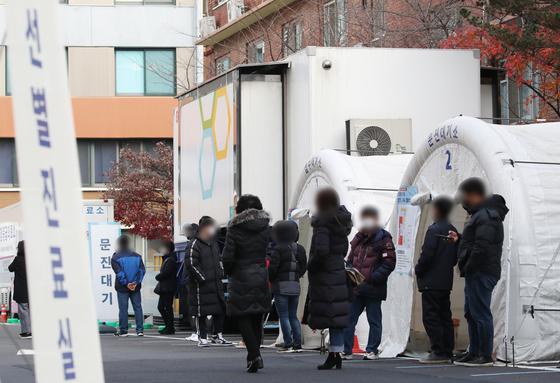 24일 오전 서울 중구 국립중앙의료원 선별진료소 앞이 시민들로 붐비고 있다.   연합뉴스