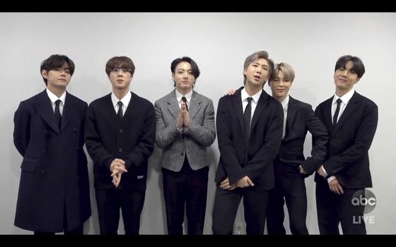 BTS가 22일 아메리칸 뮤직 어워드에서 팝/록 장르 페이보릿 듀오/그룹 부문의 상을 받고 있다. AP=연합뉴스
