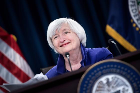 바이든 행정부의 첫 재무장관이 될 재닛 옐런 전 Fed 의장. 2017년 Fed 의장으로서 마지막 기자회견에서 환히 웃는 장면이다. AFP=연합뉴스