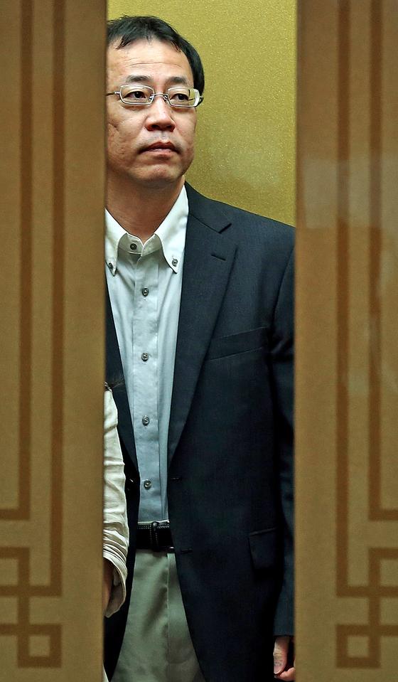 2013년 8월 일본 정부의 독도 여론조사에 항의하기 위해 초치된 후나코시 당시 주한 일본대사관 정무공사가 서울 도렴동 외교부 청사에 들어서고 있다. [중앙포토]