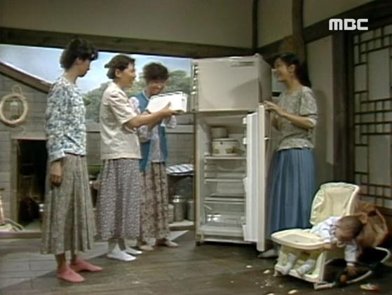 냉장고를 사면 온 동네 소문이 나고 모두 구경을 하러 모이곤 했다. [사진 MBC 전원일기 캡처]