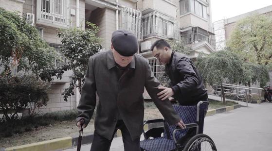 중국 상하이의 한 노인이 자신이 의지할 수 있는 이웃인 과일가게 주인에게 5억원 상당의 부동산을 증여하며 의정후견인으로 지정했다. 사진은 CCTV 프로그램에 등장한 노인과 후견인. [CCTV 캡처]