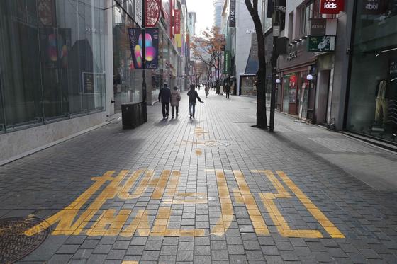 신종코로나 바이러스 감염증(코로나19)이 장기화 되면서 서울 강북지역의 대표적인 상권인 명동 상가 건물 공실률이 시간이 갈수록 늘고 있다. 24일 명동역 방향으로 가는 길목의 상가 중심 도로에 시민들과 외국인들의 발길이 끊긴채 텅 비어 있다. 김상선 기자