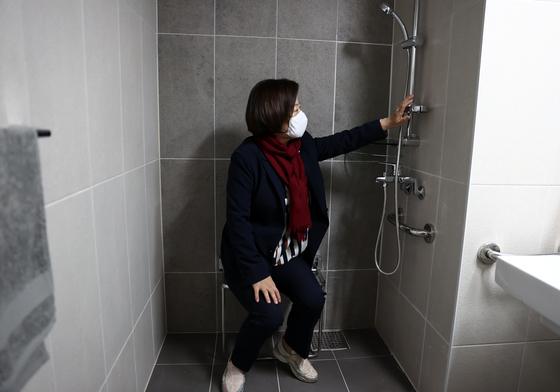 더불어민주당 진선미 미래주거추진단장이 24일 오후 서울 구로구 오류동에 위치한 SH 행복주택 내부를 둘러보고 있다. 연합뉴스