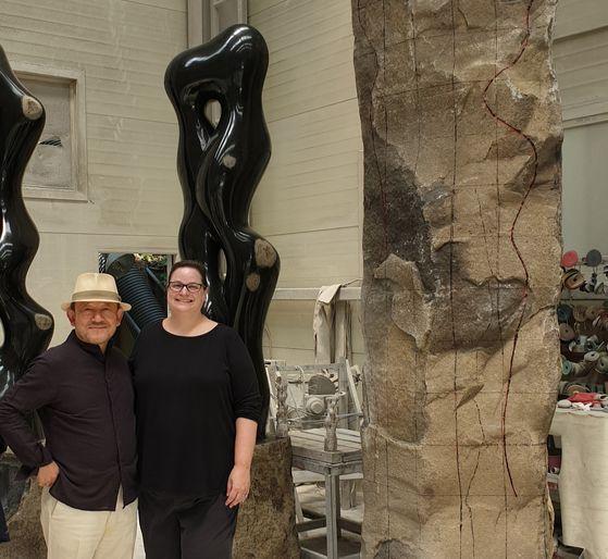 지난해 최병훈 작가(왼쪽) 작업실을 방문한 미국 휴스턴미술관 큐레이터 신디 스트라우스. 뒤편에 당시 제작 중이던 '선비의 길' 조각이 보인다.