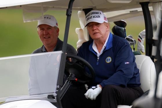 22일 버지니아주에서 골프를 치고 있는 도널드 트럼프 미국 대통령. [로이터=연합뉴스]