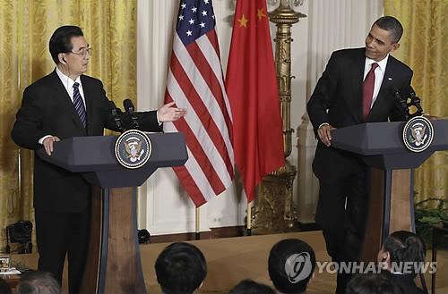 버락 오바마 전 미 대통령은 새 회고록에서 후진타오 전 중국 국가주석과의 만남은 사람을 졸리게 만드는 것이었고, 후진타오는 원고에만 의지해 말을 했다고 밝혔다. [AP=연합뉴스]