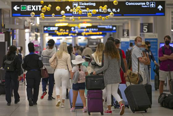 미국의 최대 명절인 추수감사절 연휴를 앞둔 22일(현지시간) 플로리다주 마이애미 국제공항이 여행객들로 붐비고 있다. [AP=연합뉴스]