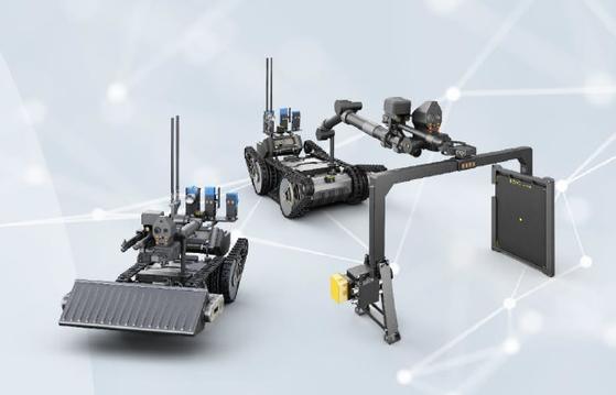 폭발물 탐지·제거 로봇은 야지 주행과 장애물 극복이 가능한 기동력, 땅 밑의 지뢰를 찾아내고 철판 속의 폭발물을 탐지하는 능력, 로봇팔과 물포총·산탄총으로 폭발물을 제거할 수 있는 능력을 가진 로봇으로 2017년부터 2년간 탐색 개발했다. 지난 11월부터 체계 개발에 착수해 2023년 개발을 완료할 예정이다. 왼쪽은 지뢰탐지용 모듈을 장착한 로봇, 오른쪽은 폭발물 탐지·제거용 모듈을 장착한 로봇이다. [사진 방위사업청]