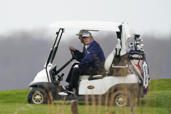 일요일인 지난 11월 22일 도널드 트럼프 미국 대통령이 트럼프내셔널골프클럽에서 골프 카트를 타고 있다. AP=연합뉴스