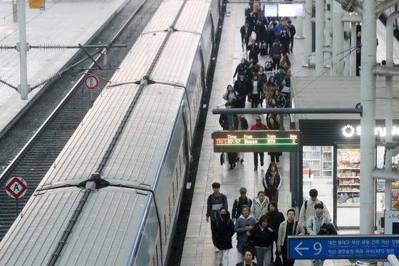 지난해 11월 서울 중구 서울역 승강장에서 승객들이 하차하고 있다. 뉴스1.