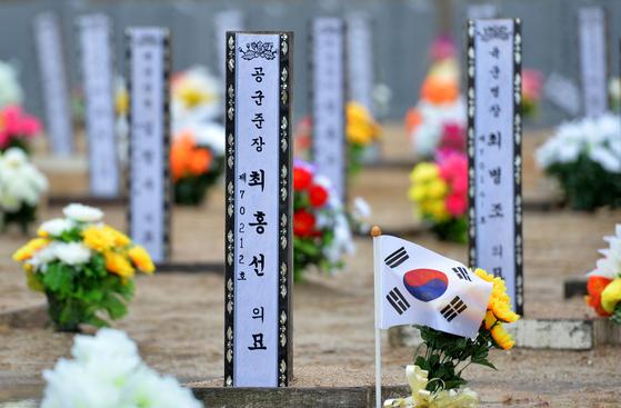 국립대전현충원 장병 묘역에 공군 준장 최홍선 장군이 장병들과 함께 안장돼 있다. 프리랜서 김성태