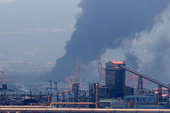 올해 6월 포스코 포항제철소 제2열연공장에서 원인을 알 수 없는 불이 나 검은 연기가 공장 주변을 뒤덮고 있다. 뉴스1